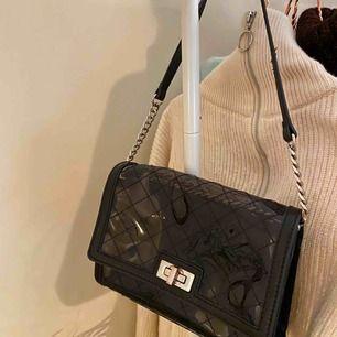 Glansig väska från zara! Väskan har en liten necessär i som man kan ta ut om man skulle vilja det! Väskan är lite rostig vid låset (se bild). Väskan har ett långt band till som jag brukar vika in i väskan för att bandet ska bli lite kortare.