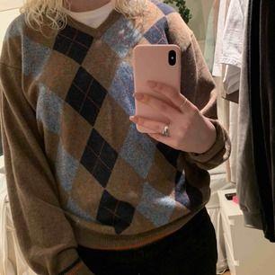 En stickad tröja från märket Wolsey. Storleken är XL men är inte såå överdrivet oversized. Tröjan är köpt för 200 kr och är aldrig använd.