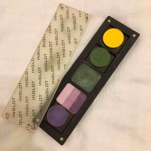 Säljer denna fina ögonskugga paletten från Inglot, likande till makeup geek. Matta och skimmer.  Super pigmenterade och är använda en gång.  Härliga färger!   FRAKT --> 42 kr   Dyra i pris!