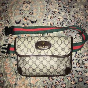 Gucci midjeväska (oäkta) AAA+ kopia, använt flertal ggr, mycket bra skick & material. 27cm bredd, 18cm längd.