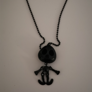 Svart halsband med skelett. Frakten ligger på 11 kr.