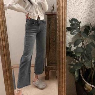 Cropped jeans från Zara, jag är 165cm:) . Knappast använda. Fraktkostnad tillkommer