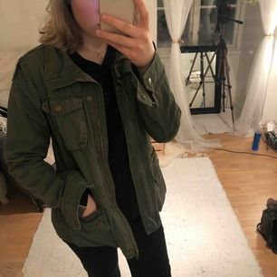 Super fin grön jeansjacka från hn i storlek 170 och men passar folk med XS/S också! Priset är inkl frakt💚💚