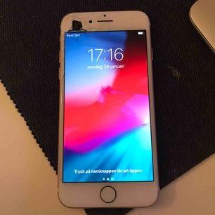 Fullt fungerande iPhone 7 32gb! Sprickan har inte påverkat prestandan. Skal kan ingå om köparen vill 🥰