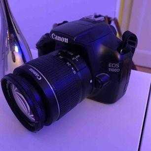 Canon 1100D komplett kamerapaket inkl väska och stativ och laddare plus minneskort mm. . Perfekt för nybörjare och proffs som vill utvecklas! Pris kan diskuteras vid snabb affär !! :) min bild ! Kameran är felfri! Med orginalobjektiv