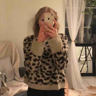 Super gullig tjocktröja från HM i leopardmönster som aldrig är använd i storlek M men passar mig som har S. Den är jätte mysig och varm!❣️ Priset är inkl frakt!