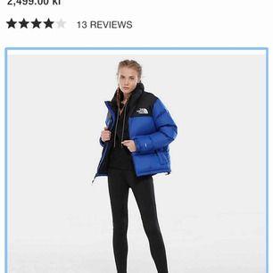 Jag säljer min marinblå North Face-jacka efter en säsong. Den är så gott som ny och har inga skador över huvudtaget. Passar perfekt i Sverige-vintern och den kommande våren :)