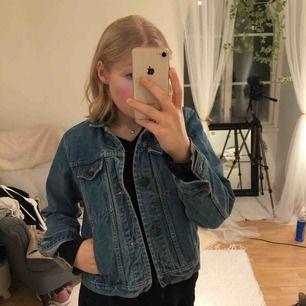 Superfin mörkblåa jeans jacka i storlek XS med bronsfärgade knappar. Ärmarna är lite mer än 50 cm långa från axlarna och själva jackan från kragen och ner är 45 cm lång!💜💜