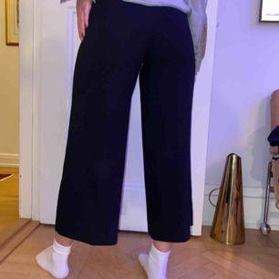 Zara culotte kostymbyxor. Skitsnygga men tyvärr för små för mig. Står att det är storlek M i byxorna med har ett exakt par i M också men det är skillnad i storlekarna. Aldrig använda som nya.