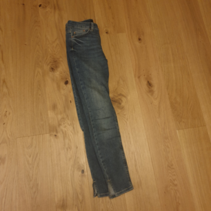 Ett par jeans med slits