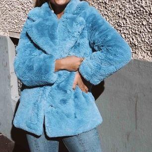 Fin blå fluffig jacka från Gina tricot. Använd men i mycket fint skick. Storlek 34.