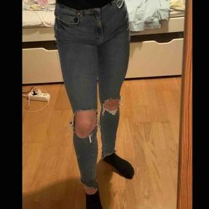 skitsnygga slitna jeans från Gina med stora hål. Lite stora för mig i midjan därför jag säljer dom, frakt kan tillkomma