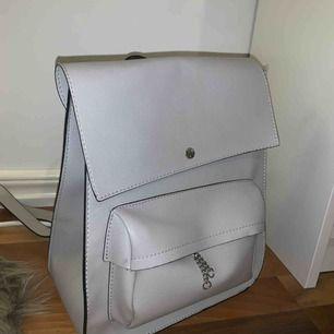 Fin ljusgrå ryggsäck från Zara! Använd sparsamt, därför i väldigt gott skick. Väldigt rymlig men ser ändå inte för stor ut på ryggen. Kan mötas upp i Växjö annars står köparen för frakten 💖