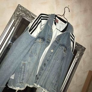 Jeansjacka, använd fåtal ggr, nyskick. Slänger med adidas tröjan för 50kr.
