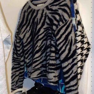 Helt ny tröja från Sfera, storlek S nypris runt 300 använd 2 gånger 😀