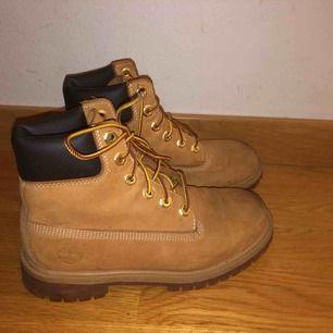 Hej, jag säljer mina timberland skor för 200kr  Storlek 36 Originalpris: ca 900kr  Köparen står för frakt!