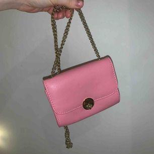 Söt liten rosa väska från H&M. Väldigt bra skick! Guldkedja och guldlås. Kan mötas upp i Växjö annars står köpren för frakt 💖