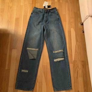 jättesnygga mellanblåa jeans från bohoo i strl 34 dock är de jättestora på mig som vanligtvis har storlek 34 så skulle mer säga att de är 36-38. Helt nya aldrig använda med prislappen kvar