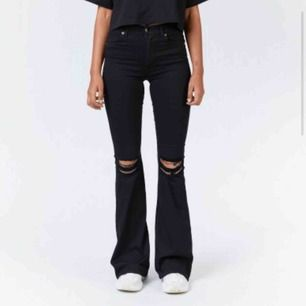 säljer mina svarta bootcut jeans från Dr. Denim, använt ett fåtal gnr💛 frakt ingår ej