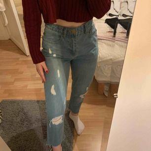 Mom jeans från Boohoo Säljer då de är för stora i midjan