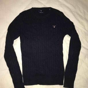 Kabelstickad marinblå gant tröja. 1300kr nypris