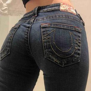 INTRESSEKOLL!!  24/25 i midjan. Skulle säga längd 30. Skitsnygga mörkblå låga True Religion jeans, inte 100% säker på att jag vill sälja men kanske behöver. Kom med bud!