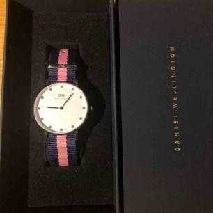 """Säljer denna fina klocka från Daniel Wellington (äkta såklart!). Den är knappt använd så i toppenskick, bandet går att byta ut till metall/ läderband. Den är 36 mm, alltså den """"vanliga"""" klockstorleken 🥰  Frakt: 9 kr."""