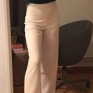 såså fina vita byxor ifrån boohoo. Stretchiga som sitter lite tajtare runt midjan/rumpan🌟🥰🤛🏻 helt nya, bara testade med prislapp kvar.  Kontakta mig för frågor, fler bilder eller liknande