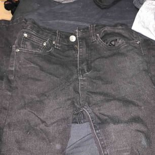 Skit snygga bootcut jeans! Använda fåtal gånger men syns inte! Köpta på tessie! Väldigt korta, passar mig 157cm!  200kr ink. Frakt
