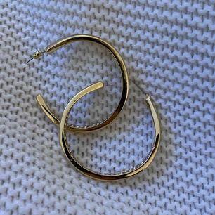 säljer dessa guldiga örhängen med glitter på insidan. Jättefina & helt oanvända !! Skriv om ni vill ha bättre bilder ;)