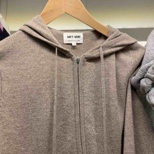 Karshmir hoodie i beige/brun färg. Nypris cirka 2000.