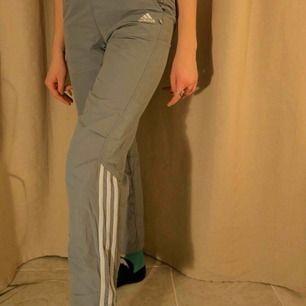 Coola, gråa trackbyxor från Adidas! Supersköna och trendiga byxor som passar till mycket, i bra skick. Köparen står för frakten.