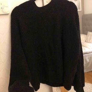 Säljer denna fina stickade tröja från Linn ahlbors kollektion med en fin v-ringning där bak. Köpare står för frakt