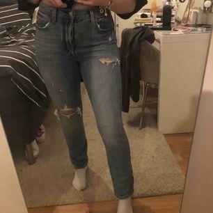 Levis jeans modell 501. Nyskick! Använda 2-5 gånger under korta tillfällen för att de är för små. Väldigt snygga och skulle nog passa någon som brukar ha XS-S i jeans. Nypris: 1199kr💞 Skriv gärna om ni undrar något eller buda!