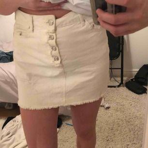 Jag säljer en denna vita jeanskjol som jag köpte i somras. Den är endast använd ett fåtal gånger och därför är den i fint skick!💕 (den ser fläckig ut på bilden men det är bara min kamera)