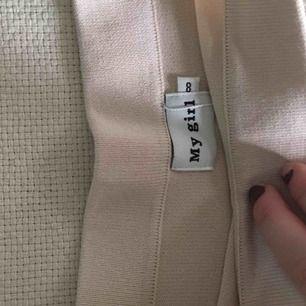 En kort! kjol från märket My Girl. Oanvänd! Lappen sitter kvar🤍 Superfin beige färg.