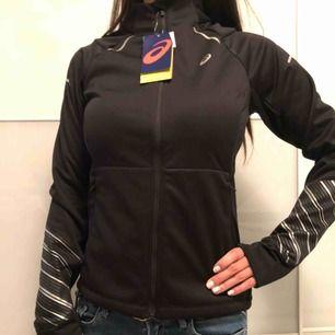 Helt ny träningsjacka från Asics i jätte skönt material. Tål lättare regn och vind, perfekt jogging jacka.  (Nypris:1500kr)   Skickar gärna med post 📮
