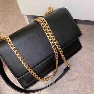 Super fin väska ifrån Boohoo, köpte endast för nyår😂PERFEKT skick