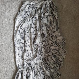 Ormmönstrad kjol från ONLY stl 36. Sidenaktigt tyg. Knyter i midjan. Använd 1 gång.