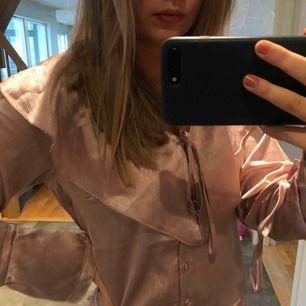 Rosa festblus i silkesmaterial från Nakd.  Aldrig använd (prislapp kvar) svårt att få fram på bild men det är en väldigt ljus härlig rosa färg💕 köparen står för frakt