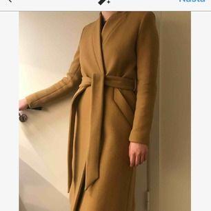 Väldigt fin kappa från IRO PARIS. Den är väl omhändertagen och i mycket fint skick. Nypris var ca 5000kr. Den funkar under alla årstider, och håller en bra varm även under vintern.