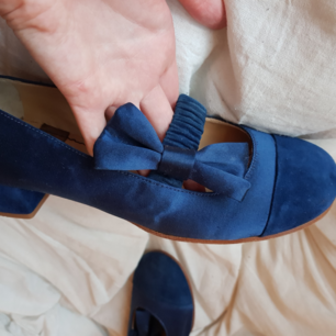 Superfina skor från See By Chloé. Har knappt använt dom så i jättefint skick. Mörkblåa i satin och mocka.