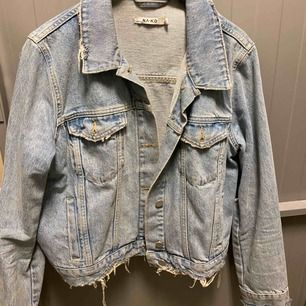 Jätte snygg jeansjacka från NA-KD som jag köpte innan sommaren! Nypris ca 800kr💕