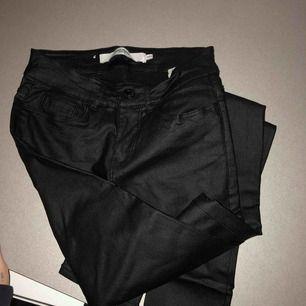 Skit coola byxor från veromoda. Bara använda på festliga tillfällen. Som nya! Dom är stretchiga så passa från xxs upp tilö s/m.