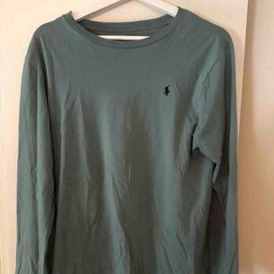 Ralph Lauren tröja i storlek XL (barnstorlek) så är som en S. Endast använd fåtal gånger och är i jättebra skick💗💗