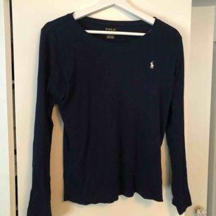 Fin basic ralph lauren tröja i storlek L (barnstorlek) så är som en S. Tröjan är i perfekt skick och köptes för 450kr💗