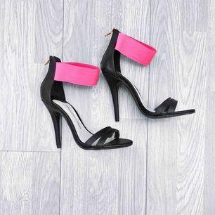 Klackskor från Sugarfree Shoes storlek 36 i fint skick. 11CM klack.  Möts upp i Stockholm eller fraktar.  Frakt kostar 63kr extra, postar med videobevis/bildbevis. Jag garanterar en snabb pålitlig affär!✨