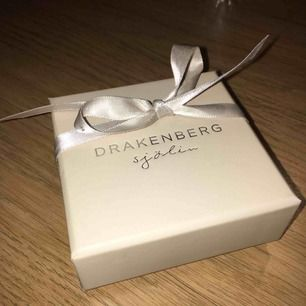 Ett par örhängen och ett matchande armband i samma kollektion, loving hearts, från Drakenberg Sjölin. Har aldrig kommit till användning och ligger bara här hemma.. säljer för 800 kr! Ordinariepris för örhängena är 490 kr och för armbandet 490 kr = 980 kr!