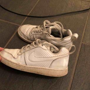Nike skor, använda en del men fortfarande bra skick. Förutom att dom är lite smutsiga och ett litet hål vid sidan på ena skon, men de syns knappt. Har även tagit ur orginalsulorna, så sulor får man köpa till själv 🥰