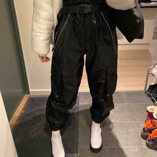 Helt nya byxor ifrån urban outfitters. Det e storlek L men jag har vanligtvis S o dem sitter fint oversized. Pris kan diskuteras.❣️